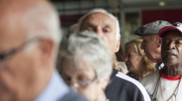 Resultado de imagem para idosos baixa renda